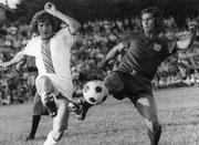 Anton Wesinger (links) im Duell gegen den Bomber der Nation - Gerd Müller - 1973 vor 8000 Zuschauern am Gymnasium