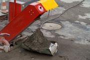 """27 feb.2010 Recupero di scorie e ceneri dall'impianto di lavaggio dei camion tramite """"speciale contenitore assemblato CRER"""" e straripante di materiale che finisce nelle adiacenze dell'impianto durante il fine settimana."""