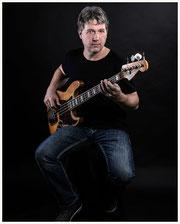 Andy Schweigel mit Fender Jazz Bass