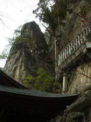 拝殿から見上げた夫婦岩
