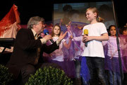 """Theresa Wild sang zusammen mit Rolf Zuckowski das Lied """"Wie viel Farben hat die Welt"""". RP-Foto: Jürgen Laaser"""
