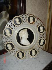 Piatto in alabastro e marmo-'700-Particolare Sala riunione-Medaglioni con personaggi illustri