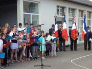Enfants de école de Saint-Senier chantant la liberté entourés des porte-drapeaux d'Avranches