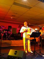 Emilio Corfa a attiré des centaines de fidèles pour le dîner dansant du Nouvel An au Cosec de Mortain