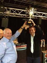 Jean-Pierre Carnet, Vice-Président de la Communauté de communes, remet un prix à Dominique Lechat, éleveur à Saint-James