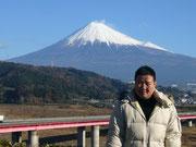 富士山を背に社長