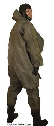 schwerer Schutzanzug grau mit Stiefeln von hinten