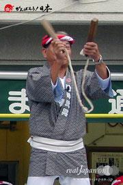 〈八重垣神社祇園祭〉神輿出発式で拍子木を打つ地井武男さん:2009年8月4日