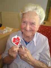 Hilda Einzinger freut sich über den süßen Valentinsgruß. Foto: zVg