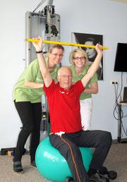 """Fritz Schmutz, """"Übergangspflege-Bewohner"""" , mit Sabine Kammerer und Barbara Sterkl, Physiotherapeutinnen des SeneCura Sozialzentrums Krems. Foto:zVg"""