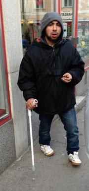 Vermeintlich gehbehinderter Bettler schlug mit seiner Krücke auf den Pensionsten ein. Foto: zVg.