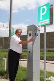 Stadtrat Alfred Scheichel testet den solarbetriebenen Ticketautomaten in der Bahnzeile. Foto: Stadt Krems.