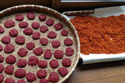 乾燥中の紅餅(写真左)と乱花