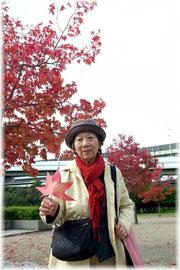 ヨーガマット片手に 86歳の参加者