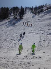 雪上歩行訓練、ピッケルの使い方訓練を実施。