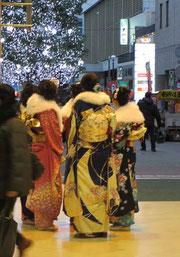 *成人式帰り、振袖姿の女性たち。