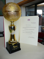 """Le trophée """"Royal"""" et le diplôme pour les 50 ans du club"""