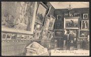 Vue intérieure du musée d'une salle du premier étage, Archives municipales et communautaires de Brest, carte postale, début du XXe siècle.