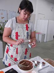 「ゴボウケーキ」の調理風景