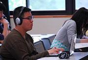 """聴覚過敏がある斉藤さんは雑音を除去するヘッドホンをいつも着けている。パソコンも、授業には欠かせない""""相棒""""だ"""