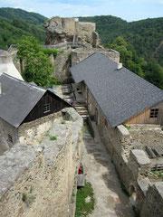 Burg Aggstein, Blick von der Hochburg auf den inneren Burghof und Bürgel