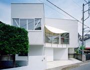 潜熱蓄熱素材(PCM)を利用した、太陽光を熱源とする暖房設備を搭載した節電住宅。