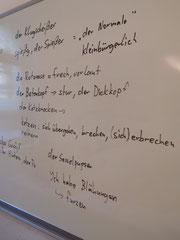"""Tafelanschrift zu den Themen """"Charaktereigenschaften"""" und """"Beim Arzt"""" (Einsatz von """"Schweinebacke"""" in einem B2.1-Kurs)"""