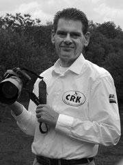 Dennis Goodger, photographe qui porte très bien la chemise officielle.