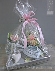 Auf Wunsch verpacken wir gern Ihren Einkauf, ohne Zusatzkosten, als Geschenk; Individuell, in durchsichtiger Folie oder als Überraschung in schönem Geschenkpapier; Verziert mit Schleifen und Bändern. Hier: Geschenkverpackung in Folie mit Schleife.