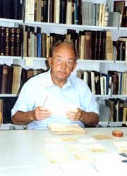 """Das Gründungsmitglied Dietrich Dube bei der Vorbereitung von Dokumenten der Wossidlo-Sammlung für das Digitalisierungsprojekt """"WossiDiA"""""""