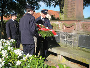 Die Kameraden Braun und Werner bei der Kranzniederlegung mit dem Wehrführer Stroh.