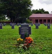 Viele der auf dem Friedhof ruhenden Soldaten sind erst nach Kriegsende, wahrscheinlich in Gefangenschaft verstorben
