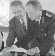 Bernd Schulze (rechts) unterzeichnet seine Verpflichtung im Beisein von VerbGemBM Eike Trumpf .