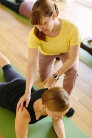 Pilates indivduelles Training mit Korrektur durch Trainer