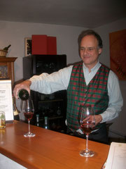 WeinBaur-Inhaber Bertold Baur bei der Arbeit.