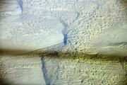 Die Wüste Gobi mit Schatten des Kondenzstreifen unseres Flugzeuges