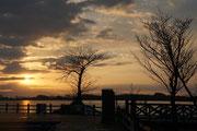 「湖畔の夕暮れ」