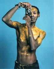 Lisl Ponger: Sidy Mamadou Wane, Kurator aus Wien und Dakar, spielt einen Nuba (o.J.)