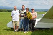 Luisa mit Flugzeug, A-Strauß und gleich drei Fluglehrern