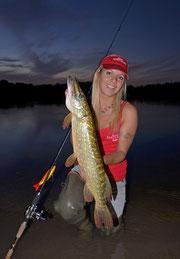 Babs beim Hecht angeln