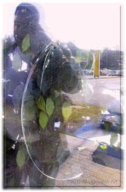Schaufenster, jemand hat einen Stein reingeschleudert