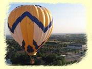 une montgolfière en vol avec vue sur le bocage