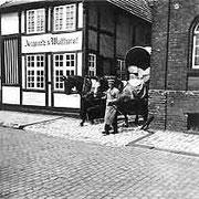 Fuhrwerk als Lieferfahrzeug der Kornhandlung Angenete & Wulfhorst (heute Ort des Stadtmuseums Gütersloh)