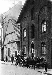 Schwere Lasten zogen Ochsengespanne hier vor der Kornhandlung Angenete & Wulfhorst in der Kökerstraße, um 1910.