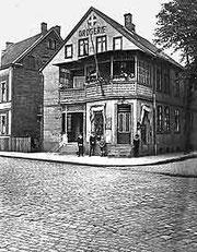 Die Königstraße – hier im Kreuzungsbereich mit der Feldstraße – wurde 1820 als erste Straße gepflastert.