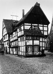 Das ehemalige Küsterhaus am inneren Kirchring. Es brannte in der Silvesternacht 1911 ab. Heute verläuft dort die Kirchstraße.