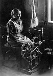 Häusliches Spinnen. Aufnahme aus dem Kreis Herford aus dem Jahr 1910