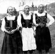 Olga (pierwsza z prawej) z siostrami w 1940 r