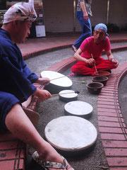 店頭の売り物「植木鉢」と太鼓を使った新井さんとメンバーの即興セッション