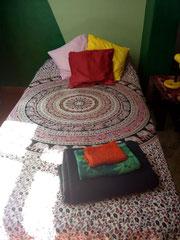 cama de solteiro na varanda, pronta para receber o hóspede